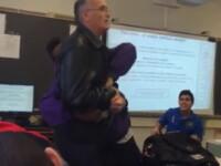 Profesor de liceu atacat de un elev si izbit la pamant de un elev nervos ca i-a fost confiscat mobilul. VIDEO