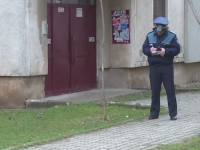 O femeie din Targoviste s-a trezit cu cutitul la gat. Politistii il cauta pe barbatul care a atacat-o intr-o scara de bloc