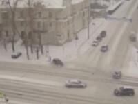 Momentul in care o femeie este lovita in plin de o masina care derapeaza pe zapada. VIDEO