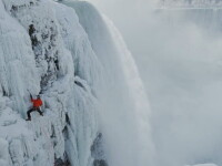 Un canadian a devenit prima persoana care a escaladat peretii Cascadei Niagara:
