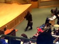 Ce fac studentii unei facultati cand profesorul vine la curs imbracat ca Indiana Jones: