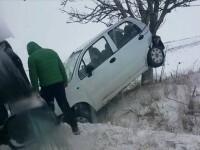 Si-a urcat masina in copac dupa ce a derapat din cauza zapezii. Ce a patit soferul