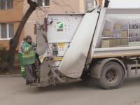 Accident stupid intr-un sat din Vrancea. Un muncitor de la salubritate, strivit de masina de gunoi pe care lucra