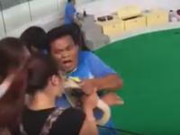 Spectatorii au inceput sa tipe. O chinezoaica a fost muscata de nas de un piton in timpul unui show. VIDEO