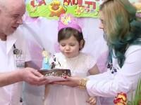Flori, fata care a fost hranita de parinti doar cu pufuleti si ceai, a implinit 6 ani. Medicii, gata sa se judece cu tatal ei