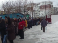 Coada pentru apa sfintita direct de la robinet. Ce a filmat un moldovean in curtea unei biserici din Chisinau