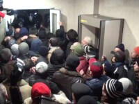Proteste violente la Chisinau. Multimea a luat cu asalt Parlamentul, alesii au fost evacuati printr-o iesire secreta. VIDEO