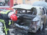 Doua masini au ars in parcare, in sectorul 2 al Capitalei. De ce nu au reusit pompierii sa ajunga la timp la incendiu