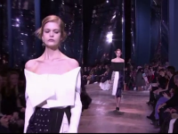 Colectia haute-couture Dior pentru primavara, prezentata la Paris. Tinutele purtate de modele
