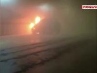 O masina a luat foc din senin in parcarea unui mall din Arad. Reactia martorilor cand au vazut flacarile