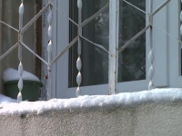 Camere in care ploua, pereti gauriti si geamuri prost montate. Blocurile in care reabilitarea termica a fost o bataie de joc