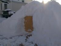 S-a trezit cu un munte de zapada in curte, asa ca si-a construit un iglu. Ce interior impresionant ascunde constructia: FOTO