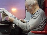 In fiecare saptamana, ia trenul spre Brasov, sa respire aer curat. Cine este batranul de 94 de ani care apare in fotografie