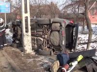 Patru persoane au ajuns la spital, dupa ce masina in care se aflau s-a izbit de un stalp. Ce ar fi provocat accidentul