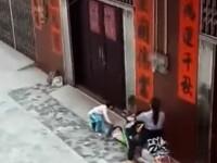 O femeie a fost filmata in timp ce l-a calcat pe picioare, cu scuterul, pe un copil de 5 ani. Ce a patit agresoarea