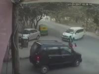 Miracol de Anul Nou. O femeie din India a supravietuit dupa ce a fost izbita de o masina si aruncata sub o alta. VIDEO