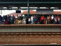 Atac brutal, filmat in gara in Polonia. O femeie in carucior cu rotile, impinsa pe sinele trenului si batuta cu piatra. VIDEO