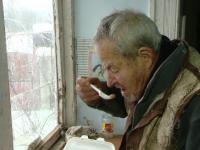 Zeci de batrani din Timis primesc o masa calda din partea unor familii din sat.