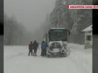 Drumul dintre pasul Prislop si Semenic, inchis din cauza zapezii. Un autocar in care se aflau 42 de copii a ramas blocat