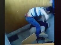 Elev din Lugoj, batut in clasa cu pumnii si picioarele pana s-a prabusit la podea. Inspectoratul a declansat o ancheta. VIDEO