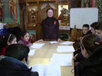30 de copii defavorizati invata intr-o biserica, in fiecare sambata, engleza sau matematica. \