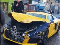 Momentul în care un Audi R8 ciocnește o mașină care staționa, cu trei copii înăuntru
