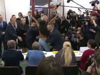 Președintele Cehiei, întâmpinat de o activistă dezbrăcată, într-o secție de votare