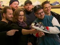 Sute de germani au stat la coadă pentru a cumpăra pantofi sport în ediție limitată