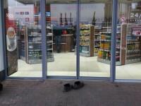 O femeie din Moldova, surprinsă desculță în magazin de teamă să nu facă mizerie