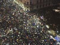 Zeci de mii de oameni au protestat în București. Manifestanții au aprins lanternele și au cântat imnul în fața Parlamentului
