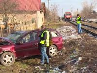 Maşina lovită în plin de un tren: o femeie a murit, iar soţul ei e în stare gravă