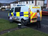 Două adolescente care au aruncat cu ouă în mașina de Poliției, obligate să o curețe