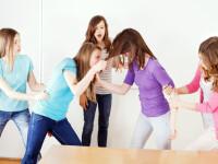 Bătaie între două eleve de la un liceu din Focșani, din cauza unui băiat