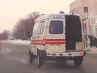 Ambulanță surprinsă în timp ce transporta un brad, în Moldova. Explicația șoferului