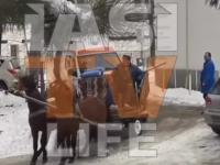 Ambulanță trasă de cai, din curtea Spitalului de Psihiatrie Socola. VIDEO