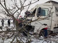 Accident pe DN 65: Un TIR care transporta dulciuri a derapat și a ajuns pe câmp