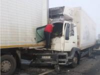 Carambol pe o șosea din Iași: Un TIR staționat, acroșat de patru autoturisme