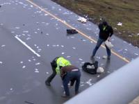 Ploaie cu bani pe o autostradă din SUA. Polițiștii au închis drumul timp de o oră să adune bancnotele