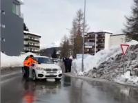 VIDEO. Polițist lovit de o mașină din convoiul lui Donald Trump, în timpul formului de la Daovs