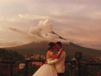 Erupția vulcanică din Filipine, surprinsă într-o ședință foto de nuntă