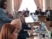 Ministrul propus al Educaţiei, întâmpinat la audieri de USR cu un manual de gramatică şi o panglică