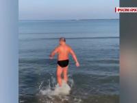 """Un bucureștean a făcut baie în apa mării: """"S-a mai încălzit"""""""