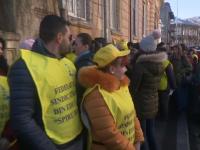 Peste 100 de profesori și părinți au protestat la Ministerul Educației. Ei se opun comasării unităților de învățământ