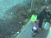 Un bărbat şi fetiţa lui, căutaţi de poliţie după ce individul a jefuit o florărie. Copilul, prezent la furt