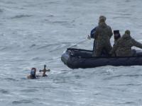 Momentul în care un bărbat i-a smuls crucea de Bobotează unei femei care o prinsese în mare