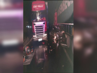 Trei tineri au ajuns la spital după un accident violent. Cum au fost izbiți de două tiruri