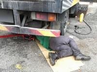 Un şofer a murit călcat de propriul TIR pe DN1, în timp ce încerca să îl repare
