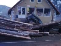 O femeie a murit, după ce mașina ei a fost strivită de buștenii căzuți dintr-o remorcă