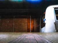 Bărbat căzut pe șinele de metrou în București. Surse: Medicii au fost nevoiți să îi amputeze mâna