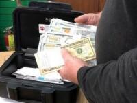 Un bărbat a găsit 43.000 $ într-o canapea pe care a cumpărat-o de la second hand